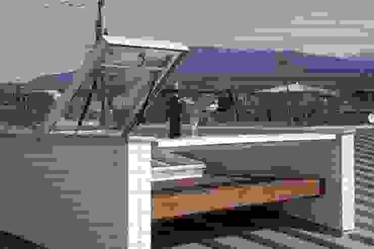 バイク乗りのためのガレージハウス オリジナルデザインの テラス の 徳増建築設計事務所 オリジナル