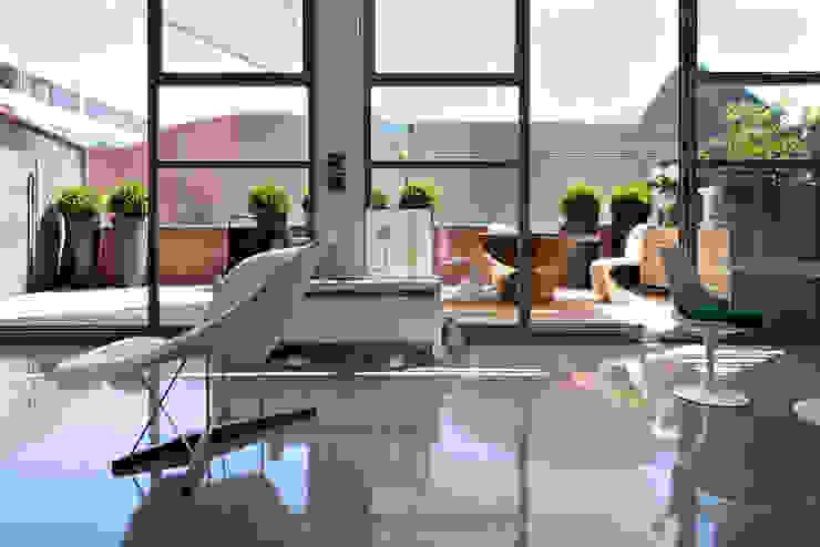 Salones de estilo moderno de alloridesign Moderno