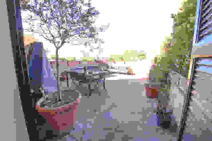 Studio Fori Modern style balcony, porch & terrace