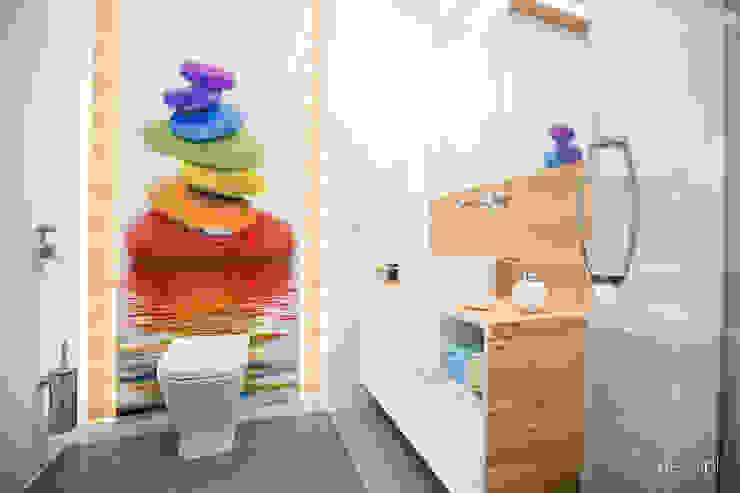 Mieszkanie zaprojektowane pod wynajem Klasyczna łazienka od Dessi Klasyczny