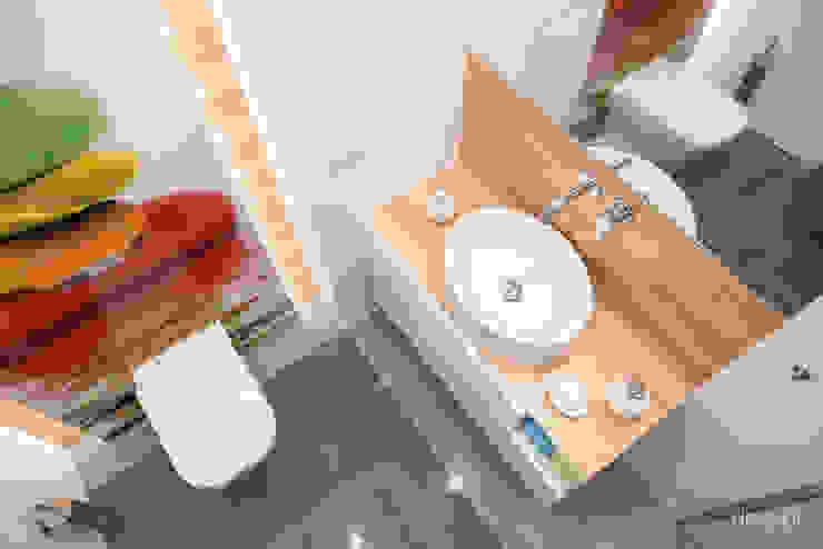 Mieszkanie zaprojektowane pod wynajem Minimalistyczna łazienka od Dessi Minimalistyczny
