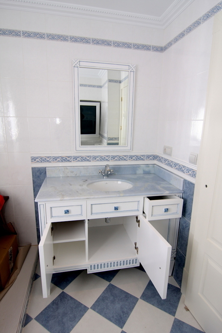 Mueble para lavabo de Adrados taller de ebanistería Clásico