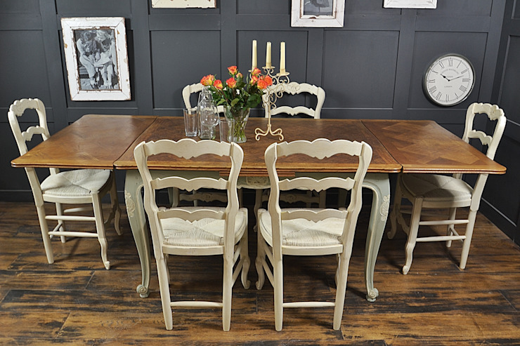 Shabby Chic French Oak Dining Table with 6 Chairs in Rococo por The Treasure Trove Shabby Chic & Vintage Furniture Clássico