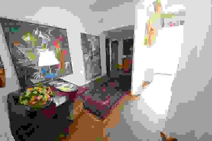 ทางเดินสไตล์คลาสสิกห้องโถงและบันได โดย Studio Fori คลาสสิค
