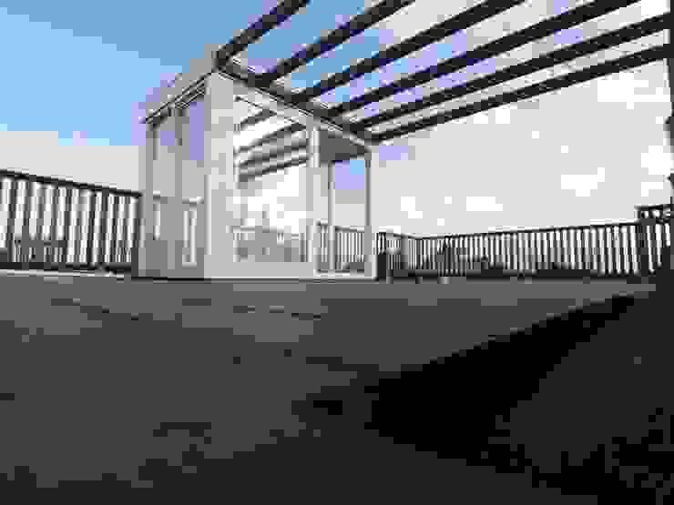 Dakopbouw, daktoegang 6m2: modern  door ScottishCrown Dakterrassen, Modern