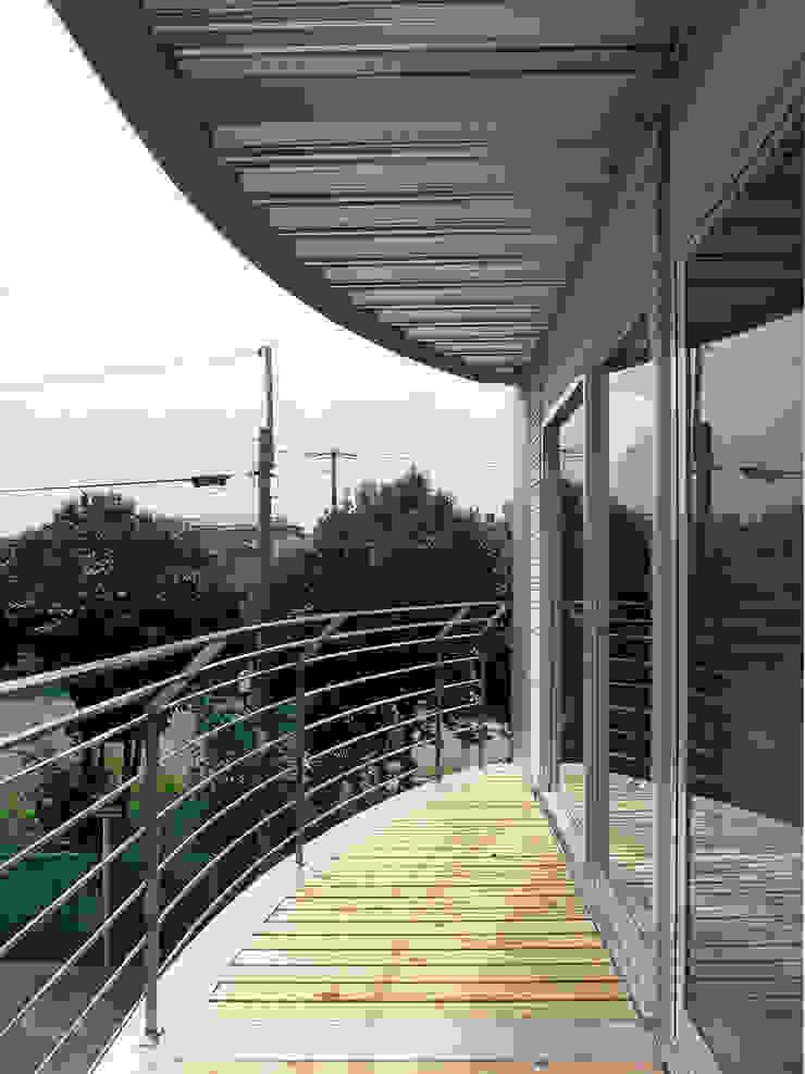 SILVER WAVE モダンデザインの テラス の SOCIUS一級建築士事務所 モダン 鉄/鋼