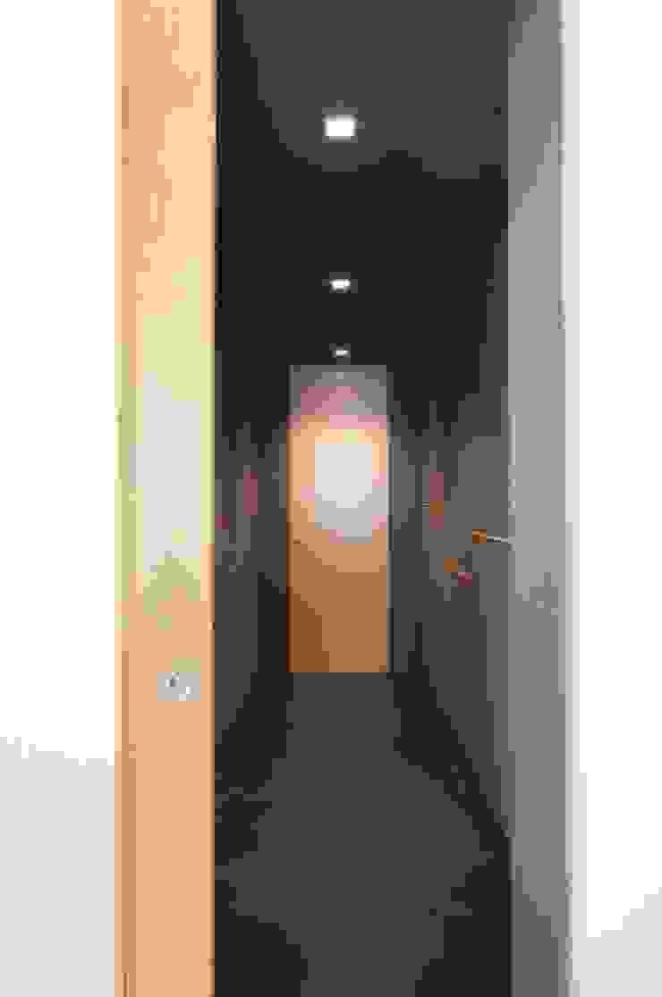 Andrea Stortoni Architetto Modern Corridor, Hallway and Staircase