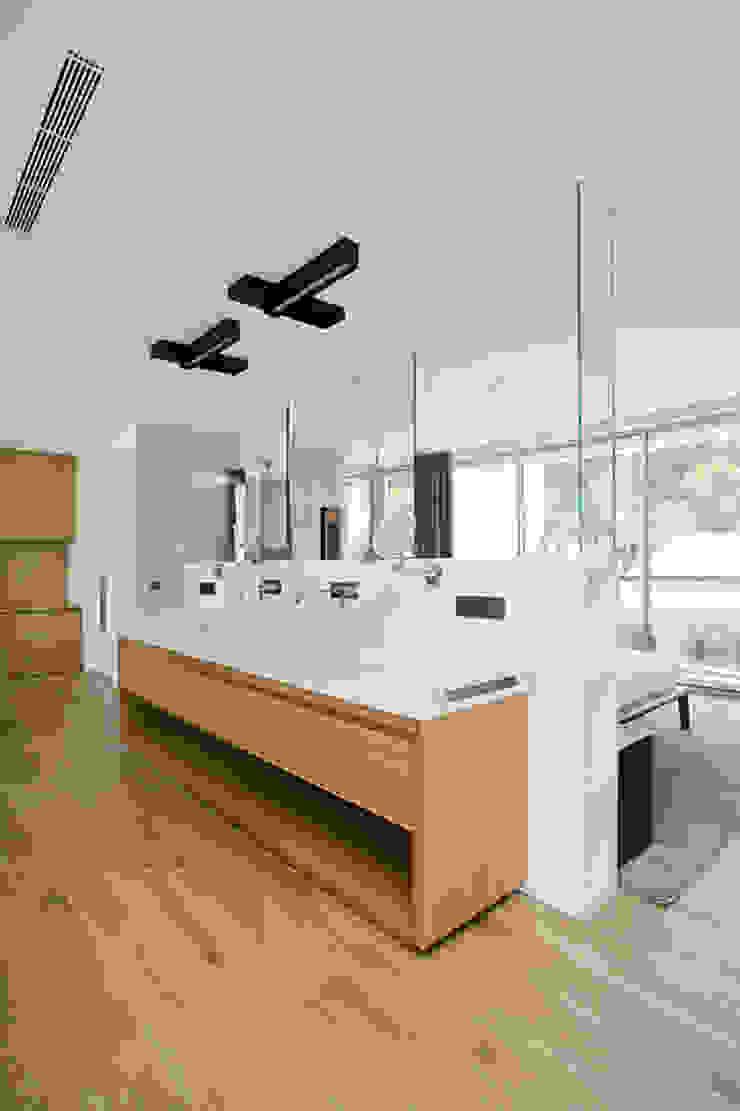 現代浴室設計點子、靈感&圖片 根據 Jorge Belloch interiorismo 現代風
