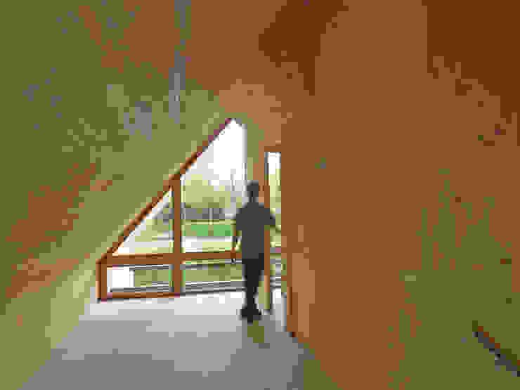 Scandinavian style corridor, hallway& stairs by Thomas Kemme Architecten Scandinavian