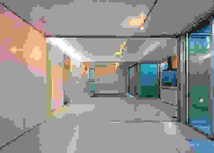 现代客厅設計點子、靈感 & 圖片 根據 長谷雄聖建築設計事務所 現代風