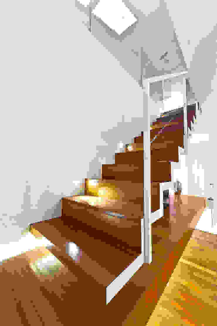 particolare scala mansarda Ingresso, Corridoio & Scale in stile moderno di Andrea Stortoni Architetto Moderno