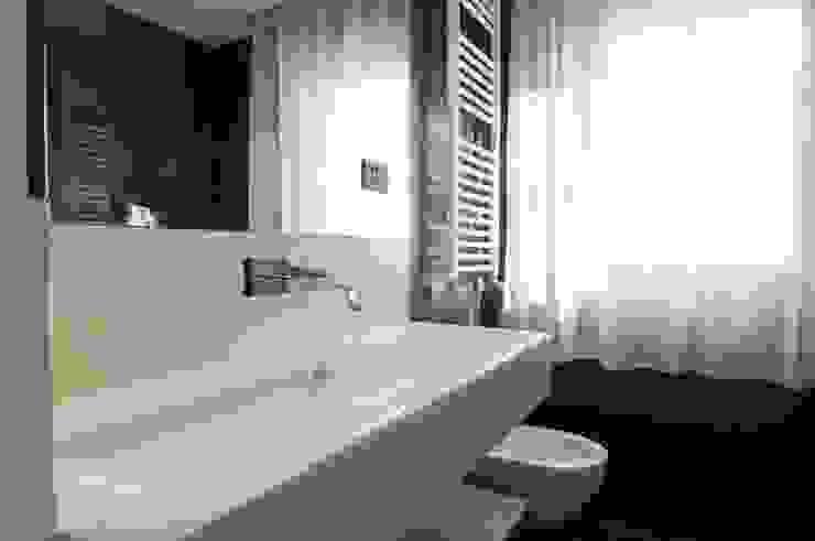 حمام تنفيذ Andrea Stortoni Architetto , حداثي