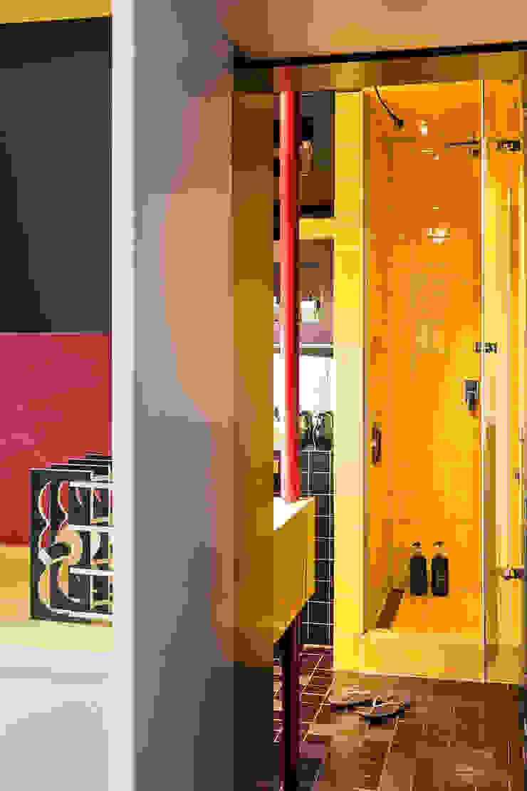Baños de estilo moderno de kacper gronkiewicz architekt Moderno