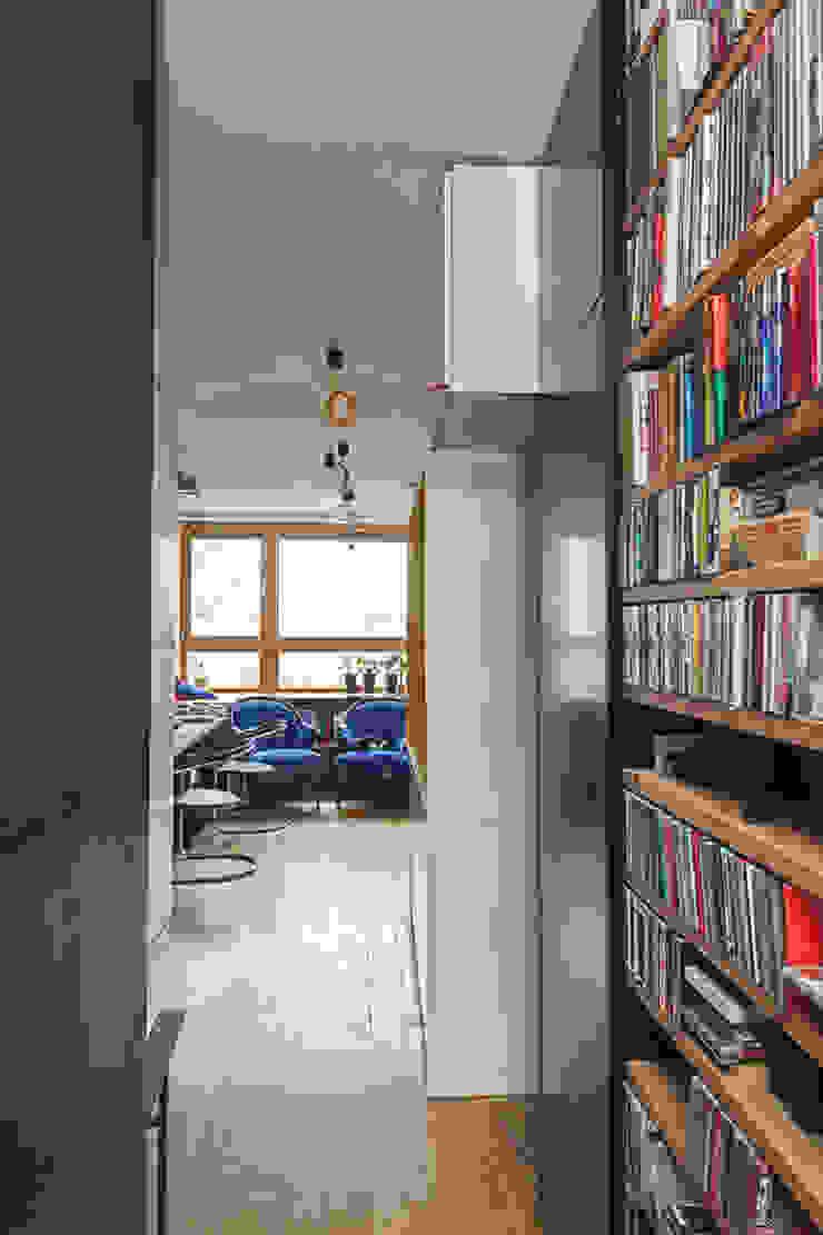 Pasillos, vestíbulos y escaleras de estilo moderno de kacper gronkiewicz architekt Moderno