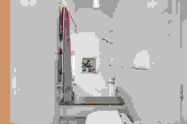 Baños de estilo  por MOB ARCHITECTS