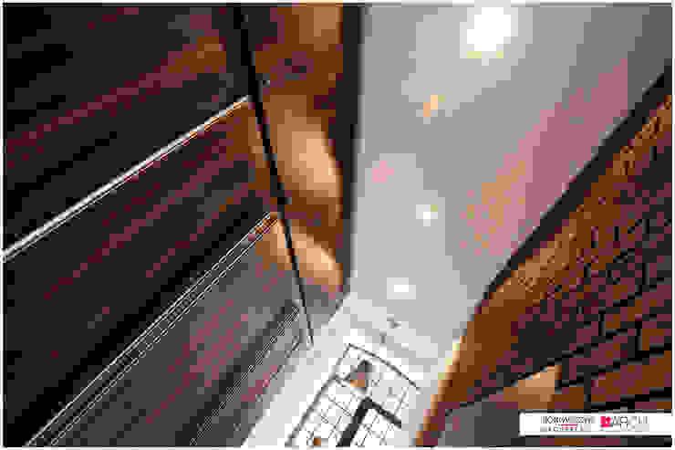 LOFT z widokiem Industrialny korytarz, przedpokój i schody od Borowczyk Architekci Industrialny