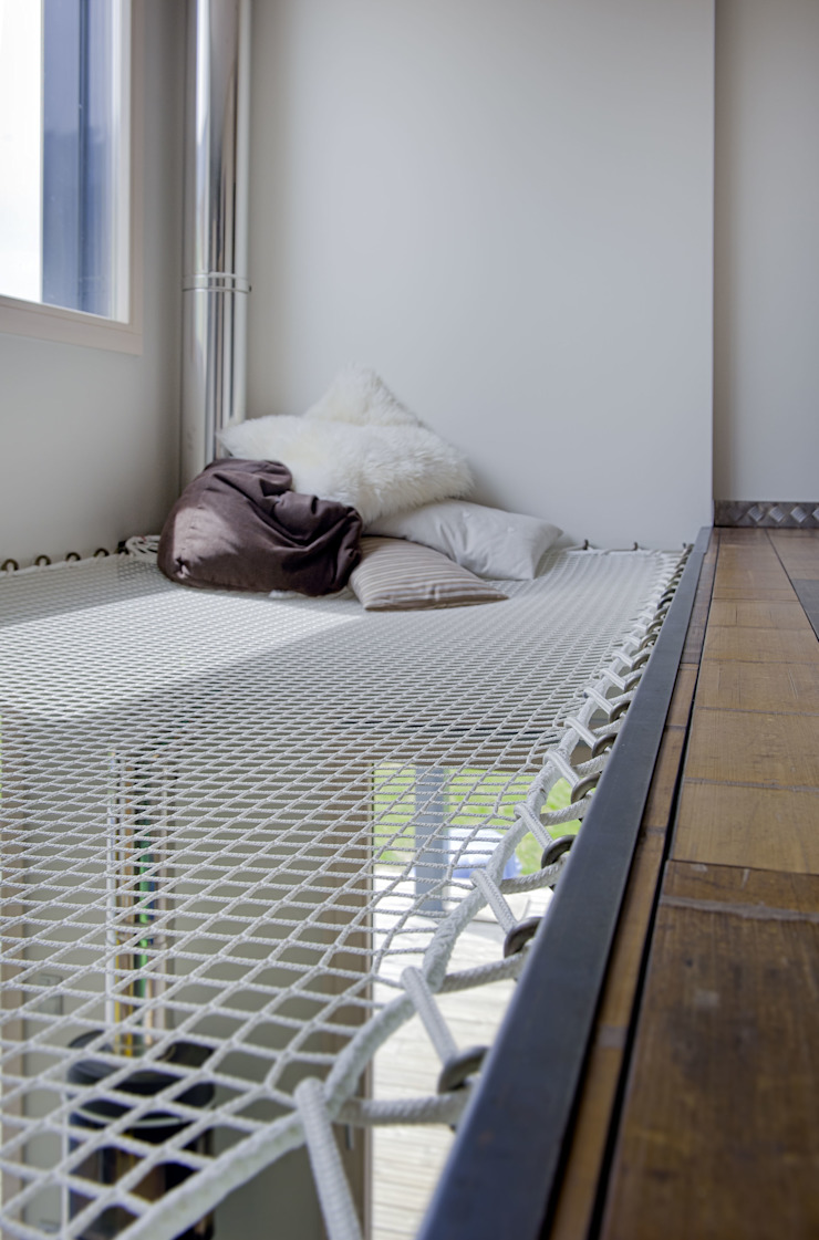 Maison imbriquée Couloir, entrée, escaliers modernes par atelier—ZOU Moderne