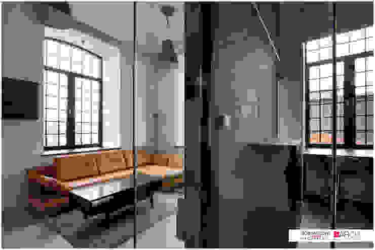 LOFT z widokiem Industrialny salon od Borowczyk Architekci Industrialny