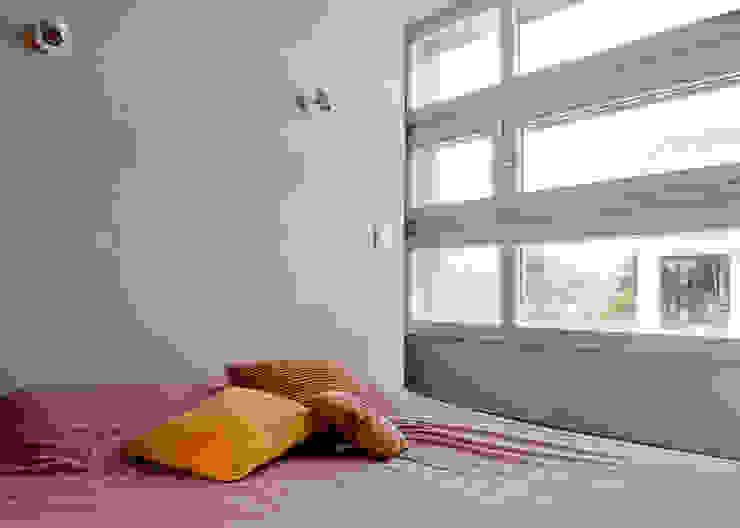 Maison imbriquée Chambre moderne par atelier—ZOU Moderne