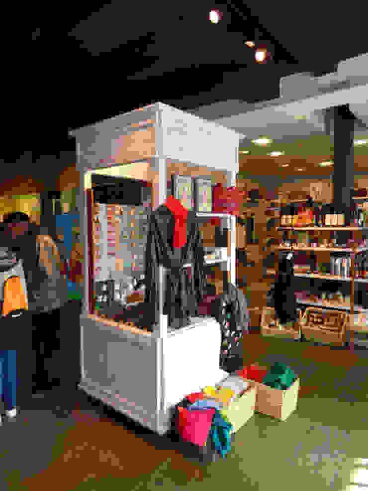Tienda en Segovia Oficinas y tiendas de estilo escandinavo de MUEBLES DE LA GRANJA Escandinavo