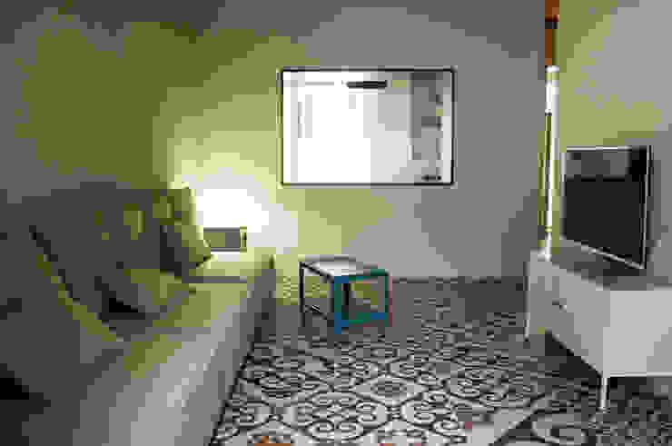 Salone Soggiorno moderno di UnAltroStudio Moderno