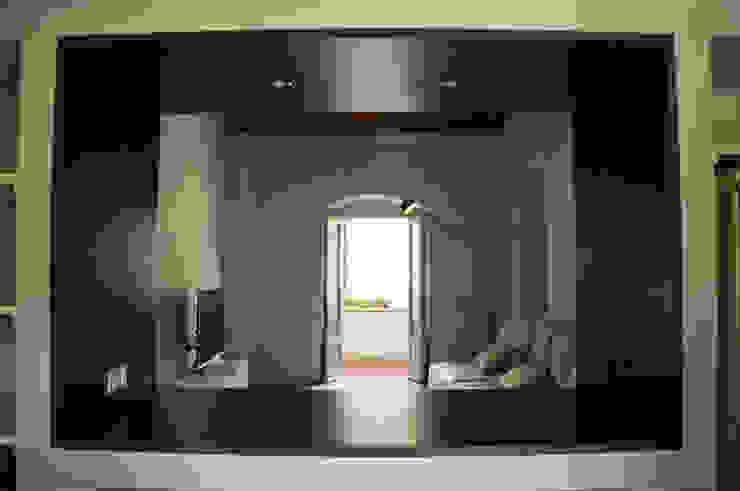 Vista da cucina verso soggiorno Soggiorno minimalista di UnAltroStudio Minimalista