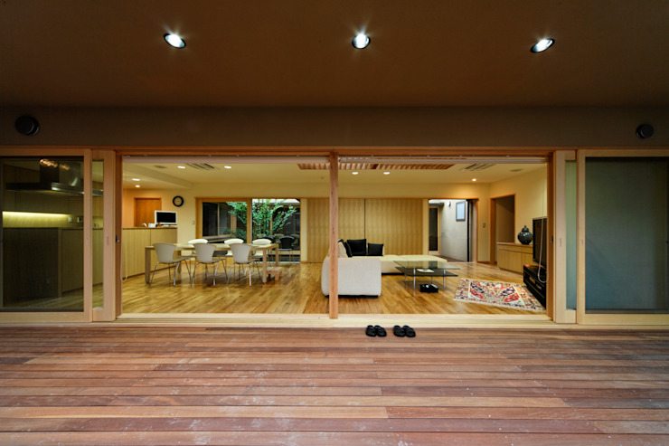 Balcones y terrazas eclécticos de 長谷雄聖建築設計事務所 Ecléctico