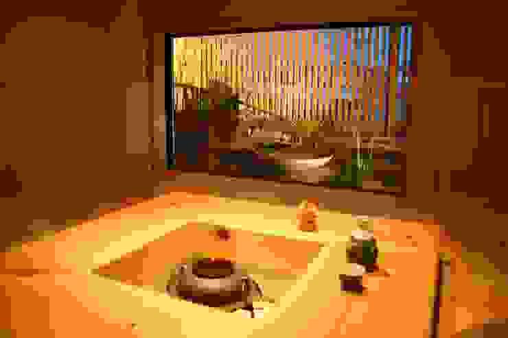 Salas de entretenimiento de estilo asiático de さんさい工房一級建築士事務所 Asiático