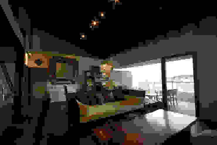Столовая комната в азиатском стиле от 森村厚建築設計事務所 Азиатский Дерево Эффект древесины