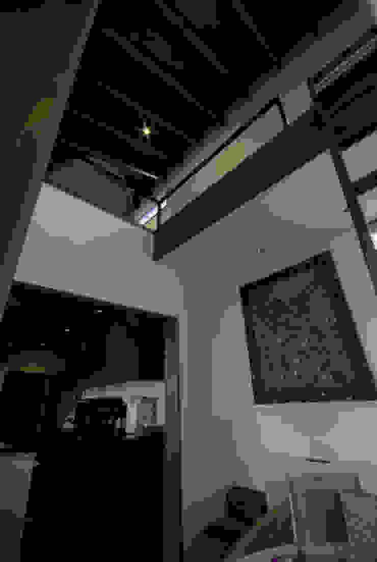 風の家の吹抜 和風デザインの 多目的室 の 森村厚建築設計事務所 和風 無垢材 多色