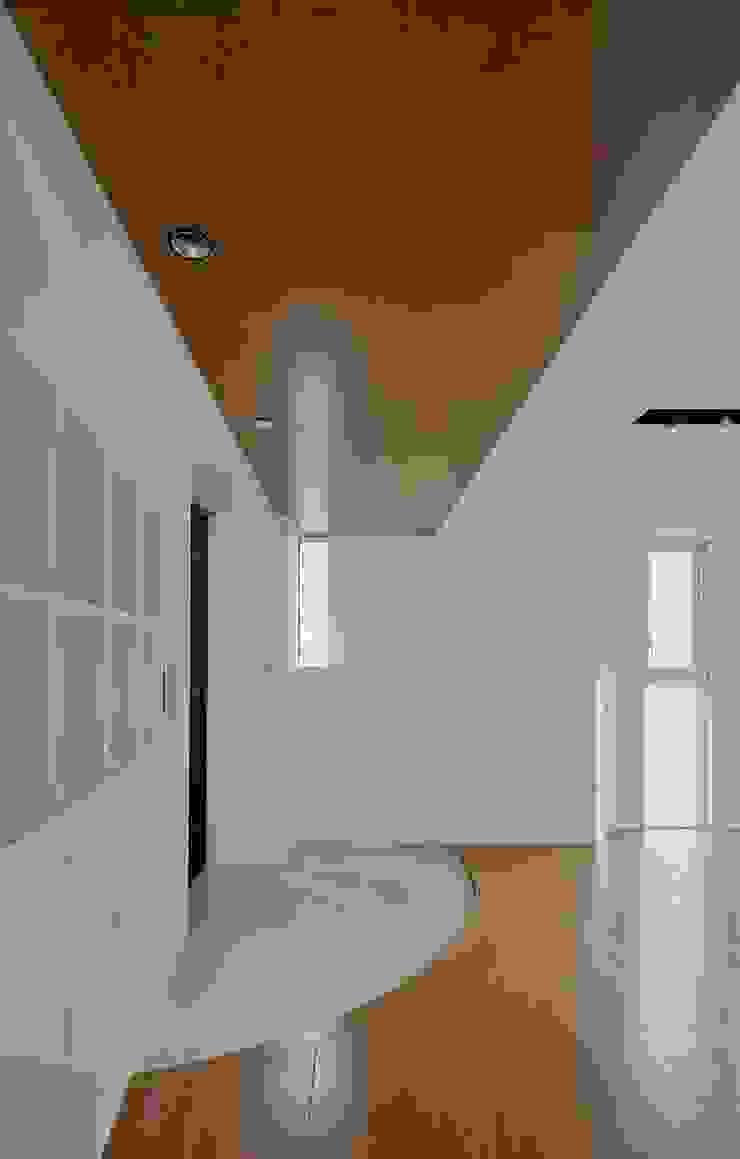 Modern Corridor, Hallway and Staircase by ろく設計室 Modern