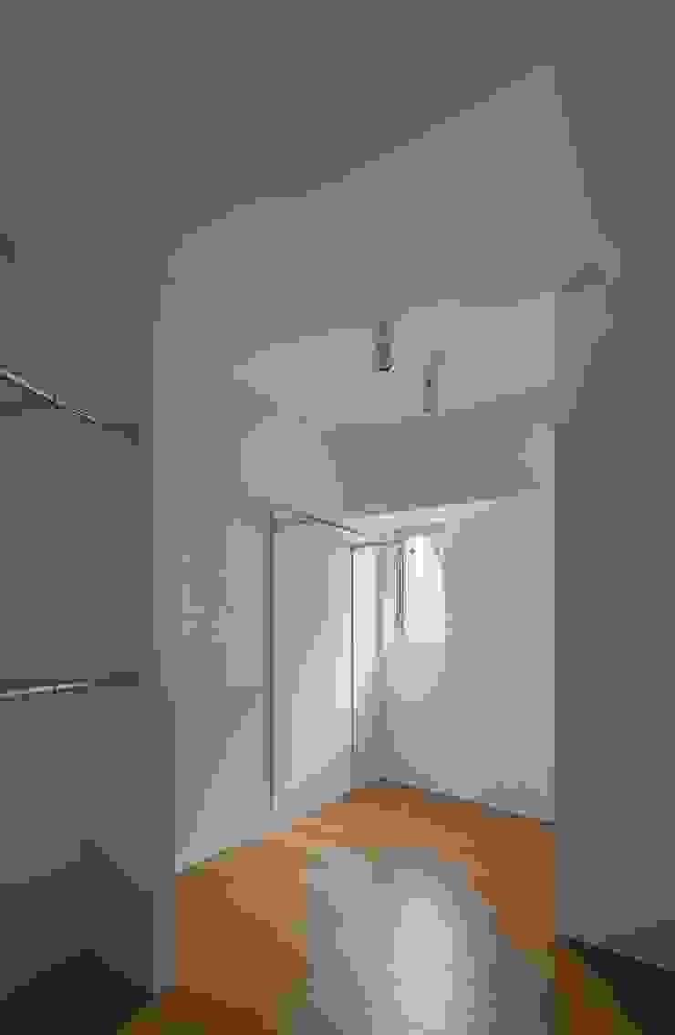 Modern Dressing Room by ろく設計室 Modern