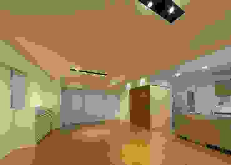 Modern Living Room by ろく設計室 Modern
