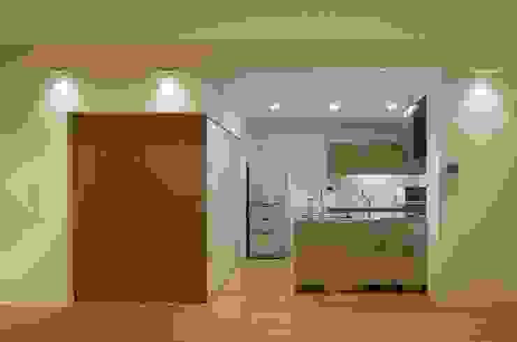 Modern Dining Room by ろく設計室 Modern