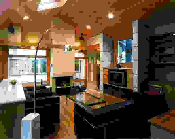 家族室: 片倉隆幸建築研究室が手掛けた現代のです。,モダン