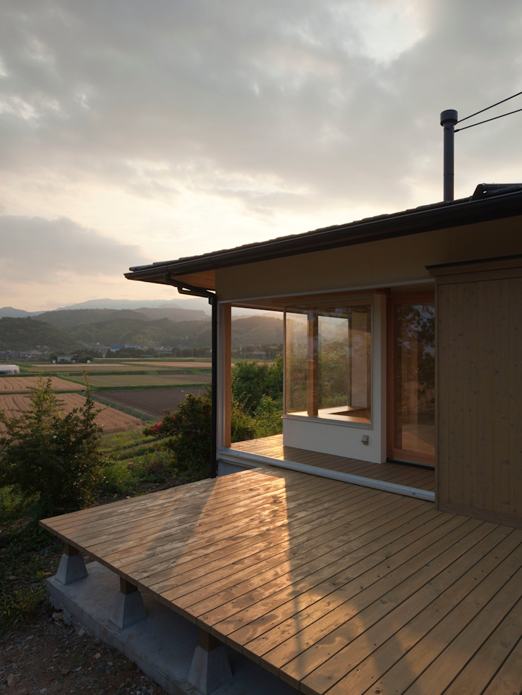 Eclectic style balcony, porch & terrace by ろく設計室 Eclectic