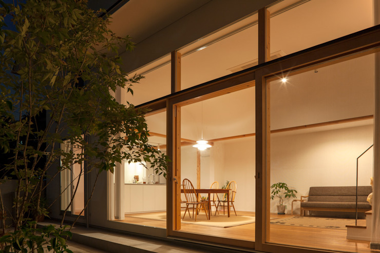 LIVING ROOM from GARDEN at night FURUKAWA DESIGN OFFICE Salon moderne