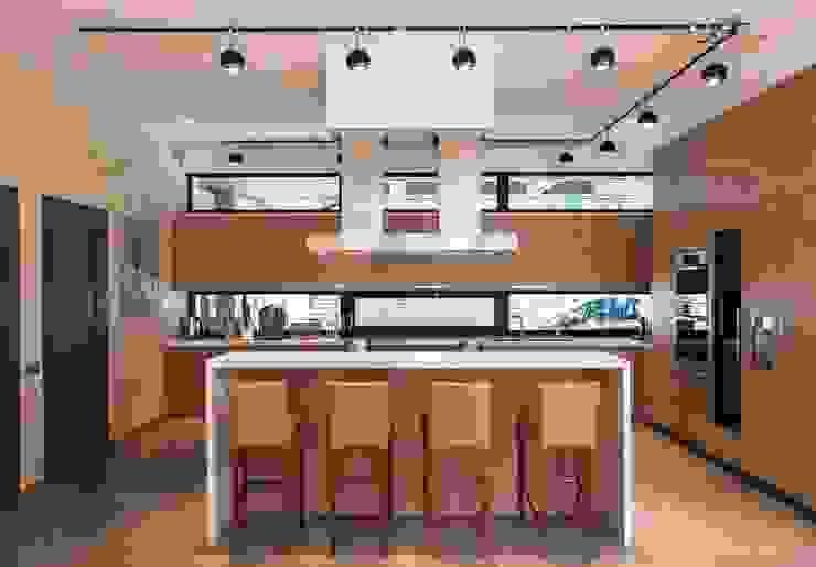 Наедине с природой Кухня в стиле минимализм от MARTINarchitects Минимализм