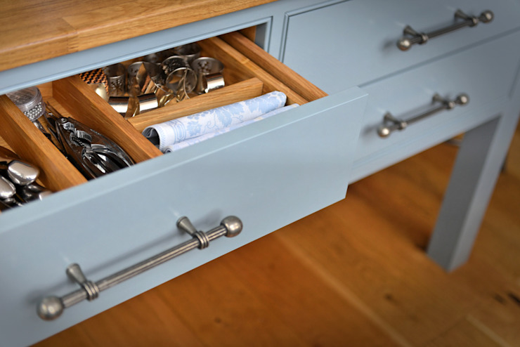 'Vivid Classic' Kitchen - drawer Cocinas de estilo clásico de Vivid line furniture ltd Clásico