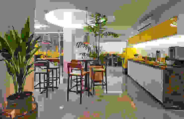 CAFÉ CENTRAL E SALAS DE TELEVENDAS AO FUNDO Espaços comerciais campestres por Studio Karla Oliveira Campestre