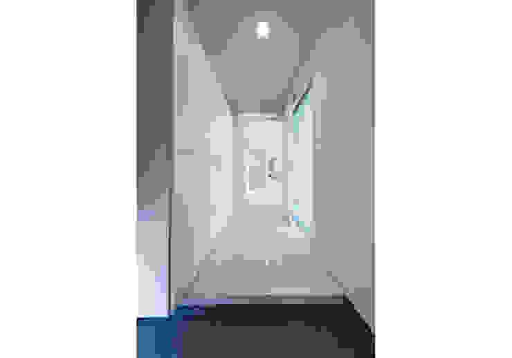 家族を育む家 モダンスタイルの 玄関&廊下&階段 の アーキ・アーバン建築研究所+中出喜美男 モダン