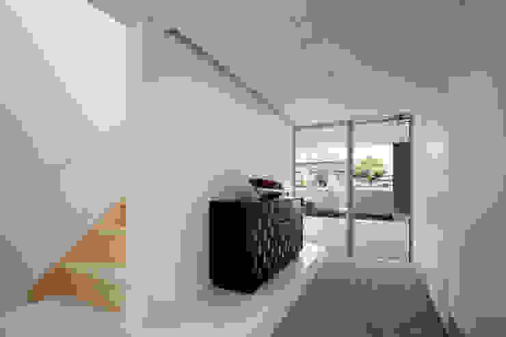 l a n i モダンスタイルの 玄関&廊下&階段 の *studio LOOP 建築設計事務所 モダン