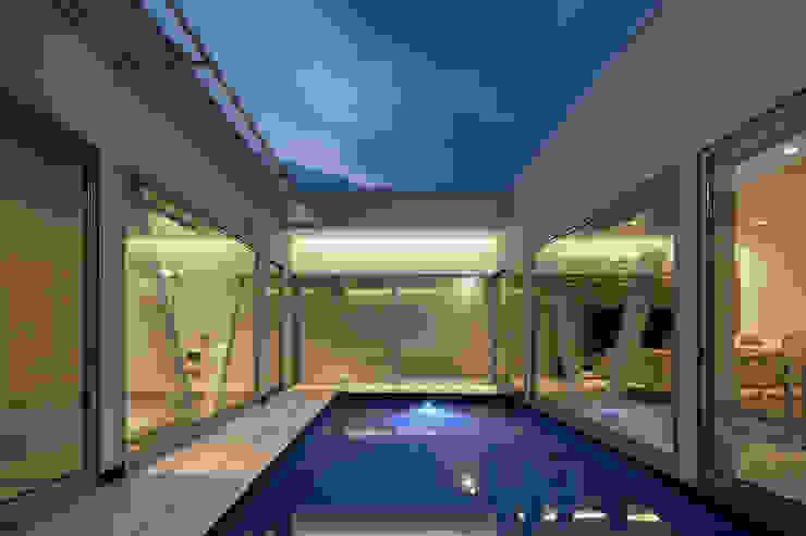 l a n i モダンスタイルの プール の *studio LOOP 建築設計事務所 モダン