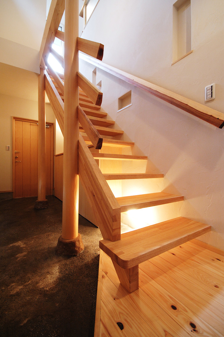 Eclectic style corridor, hallway & stairs by (有)RABBITSON一級建築士事務所 Eclectic