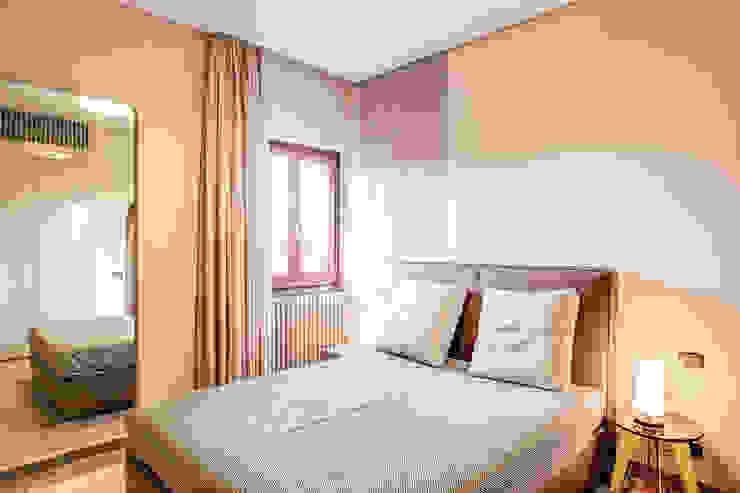 Phòng ngủ phong cách kinh điển bởi MOB ARCHITECTS Kinh điển