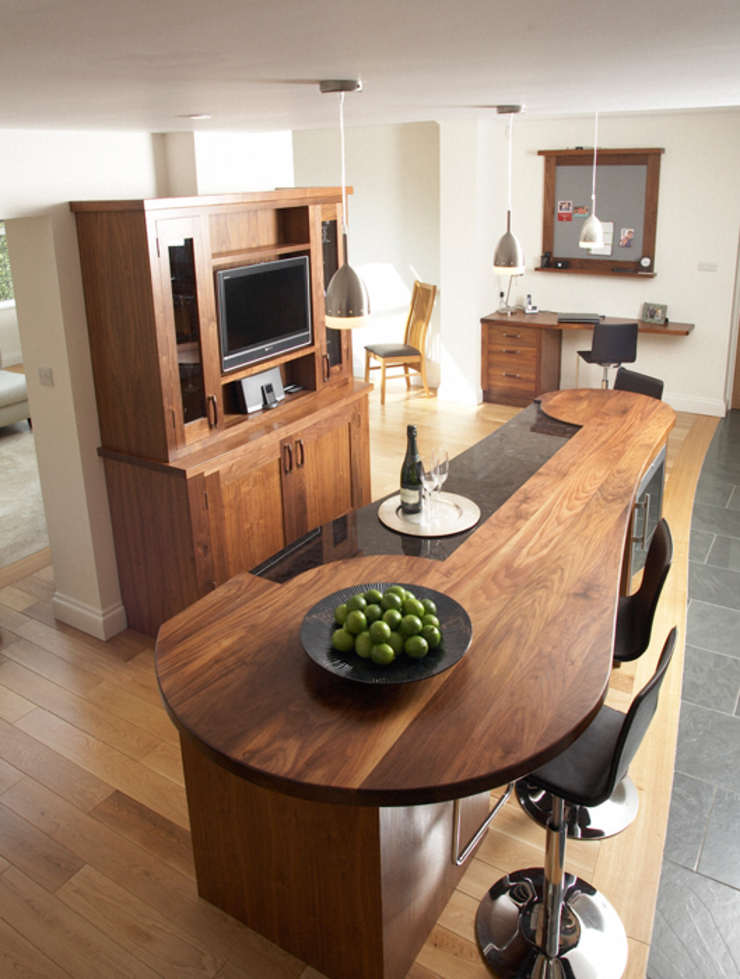 Walnut breakfast bar Dapur Modern Oleh Bordercraft Modern
