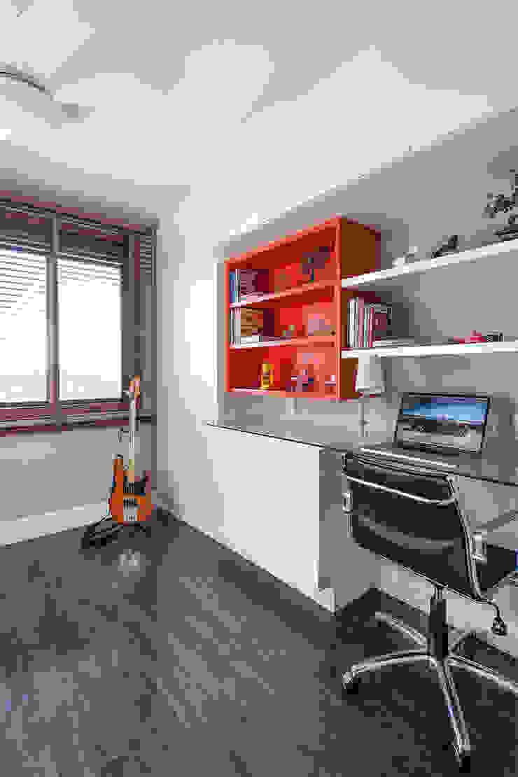 Modern style study/office by Arquiteto Gustavo Redlich & Associados Modern