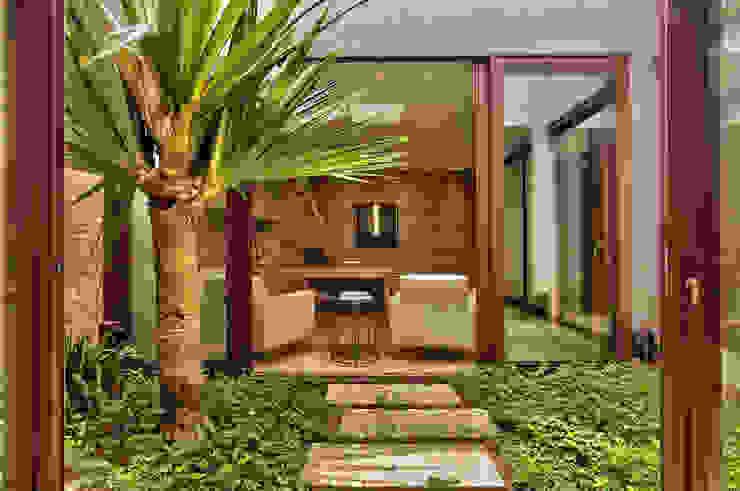Jardins entre as salas Lojas & Imóveis comerciais rústicos por DUET ARQUITETURA Rústico
