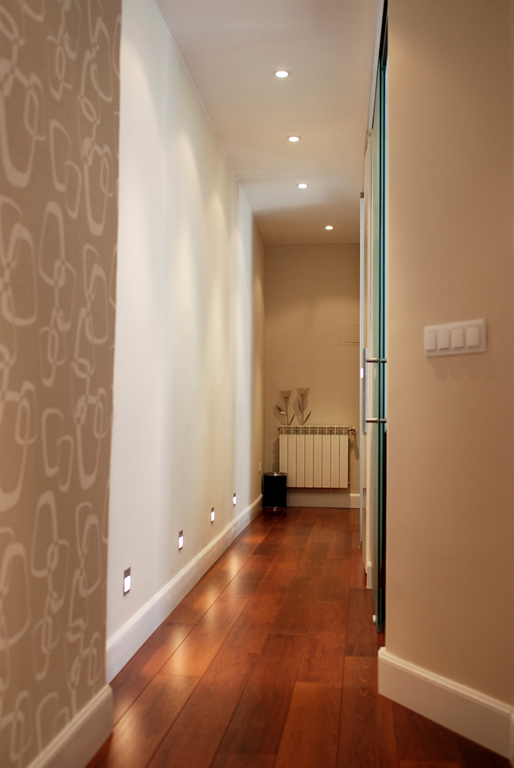 Modern Corridor, Hallway and Staircase by Traber Obras Modern