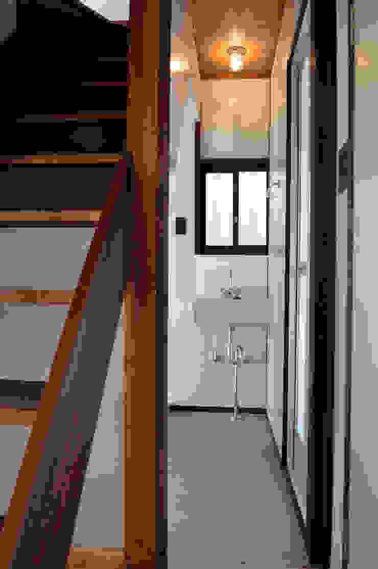 Phòng tắm phong cách kinh điển bởi 結人建築設計事務所 Kinh điển